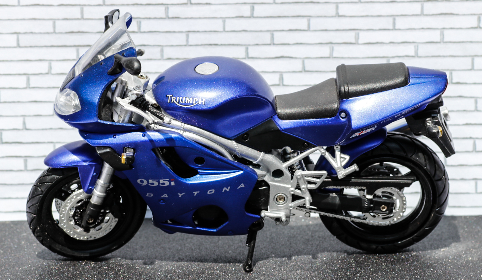 New Ray 1-12 Triumph Daytona 955i